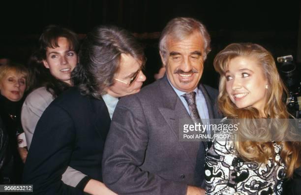 Alain Delon et Rosalie van Breemen avec JeanPaul Belmondo et Naty lors de la 1ère de 'La Trilogie Marseillaise' à Paris en janvier 1992 France
