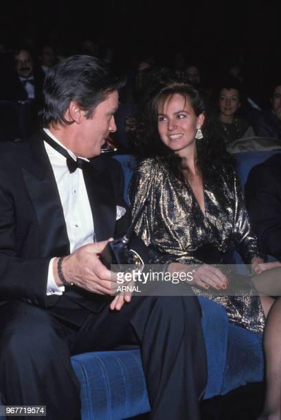 Alain Delon et Rosalie van Breemen à la 1ère du film 'Ne reillez pas un flic sui dort' le 13 décembre 1988 à Paris France
