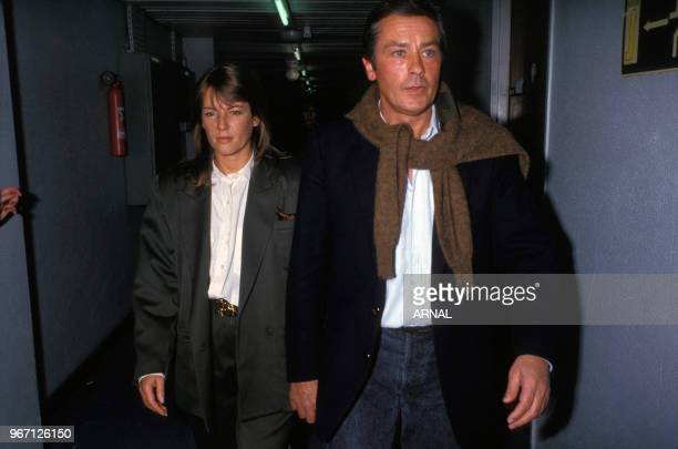 Alain Delon et sa compagne Catherine Pironi lors de l'avant-première du film 'Le Passage' le 26 novembre 1986 à Paris, France.