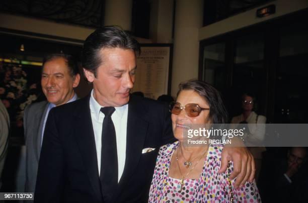 Alain Delon et sa mère lors de la remise de la médaille des Arts et Lettres à l'acteur par Jak Lang le 26 mai 1986 à Paris France