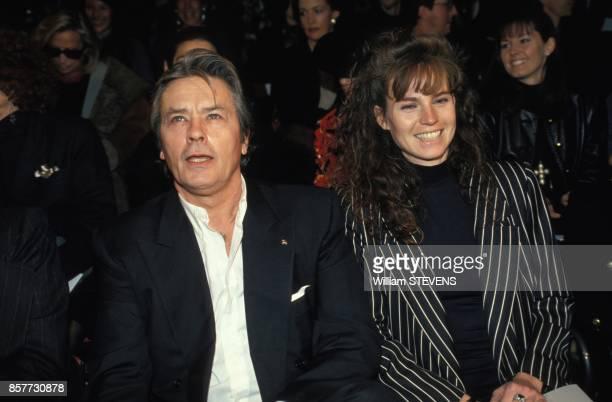 Alain Delon et son amie Rosalie Van Breemen au defile Ungaro HauteCouture PrintempsEte 1994 le 18 janvier 1994 a Paris France