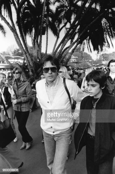 Alain Delon et son fils Anthony en vacances à Disneyland en février 1979 à Los Angeles EtatsUnis