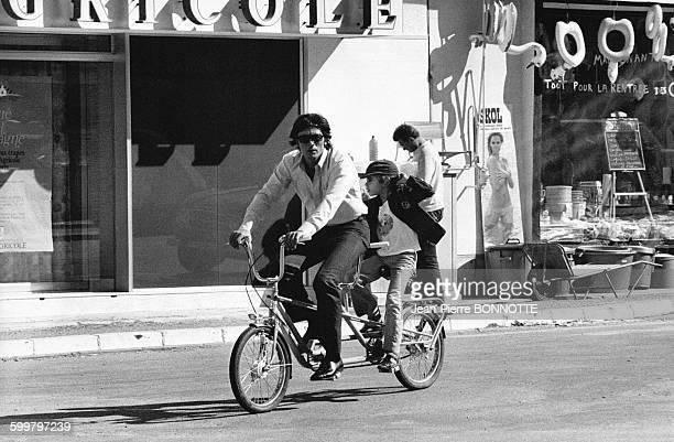 Alain Delon et son fils Anthony se promènent en tandem en septembre 1972 à BelleIleenMer France