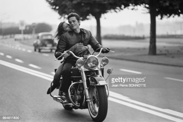 Alain Delon et son épouse Nathalie Delon font de la moto en septembre 1967 en Allemagne