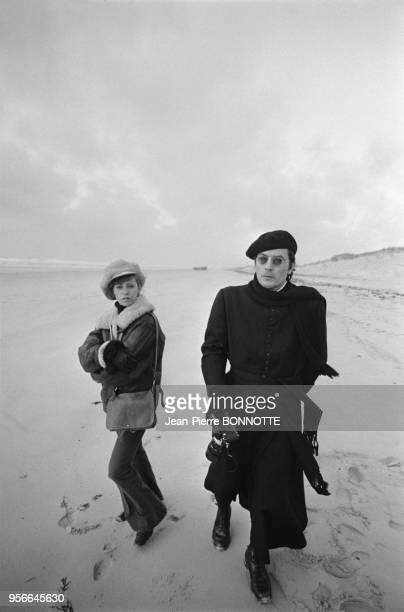 Alain Delon et son épouse Nathalie sur la plage lors du tournage du film 'Doucement Les basses' en décembre 1970 France