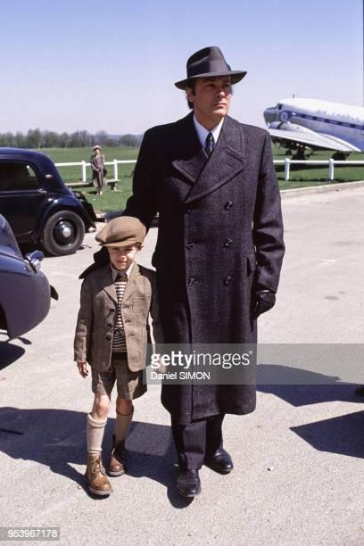 Alain Delon et un petit garçon pendant le tournage de la minisérie télévisée 'Cinéma' en France en mars 1988