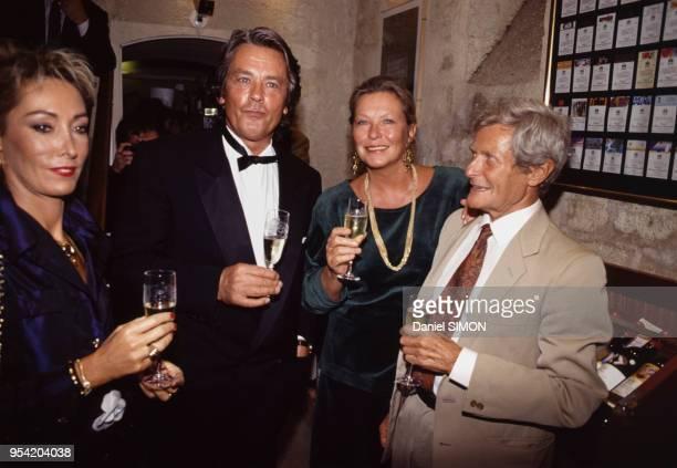 Alain Delon fête la saintAlain dans un restaurant avec la directrice de Fauchon Martine Prémat Marina Vlady et le professeur Léon Schwartzenberg le 8...