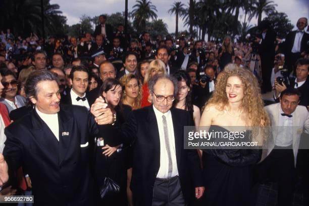 Alain Delon, Jean-Luc Godard et Domiziana Giordano pour le film 'Nouvelle Vague' lors du Festival de Cannes en mai 1990, France.