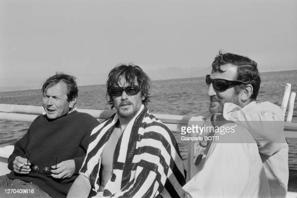 Alain Delon, Lino Ventura et le réalisateur lors du tournage de son film 'Les Aventuriers' à La Ciotat en 1966, France