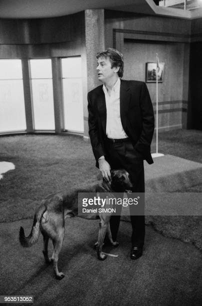 Alain Delon lors du tournage du téléfilm 'Cinéma' en avril 1988 à Paris France