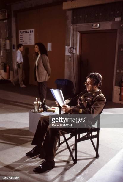 Alain Delon relisant son scenario avant le tournage d'une scène de la minisérie télévisée 'Cinéma' en France en mars 1988