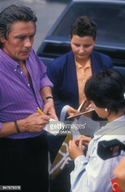 Alain Delon signe des autographes avant d'être reçu par la chaîne de télévision Antenne 2 le 7 septembre 1987 à Paris France