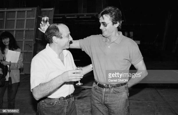 Alain Delon sur le tournage du film 'Ne reveillez pas un flic qui dort' en compagnie du réalissteur José Pinheiro à EpinaysurSeine le 14 juin 1988...