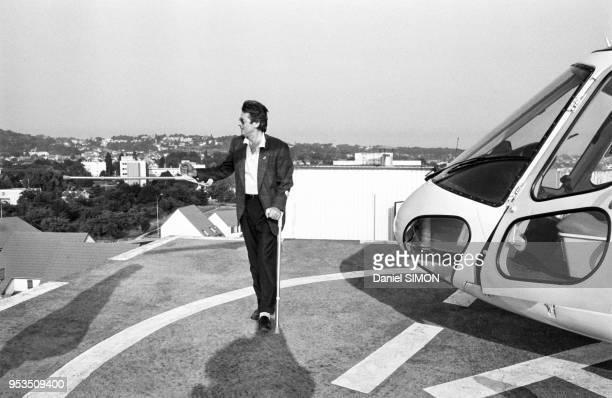 Alain Delon victime d'une chûte lors du tournage du film 'Ne reveillez pas un flic qui dort' est évacué par hélicoptère EpinaysurSeine juin 1988...