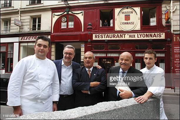 Alain Ducasse opens an 'Aux Lyonnais' restaurant in Paris in Paris France on October 16 2002 With Claude Troisgros and Paul Bocuse