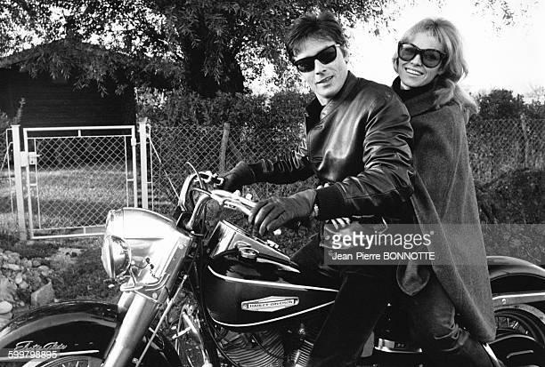 Alain et Nathalie Delon sur une moto sur le tournage de 'La motocyclette' de Jack Cardiff en novembre 1967 en France