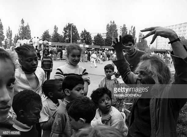 Alain Gaussel storyteller subburb city of 'FrancMoisin' on April 1987 in SaintDenis France