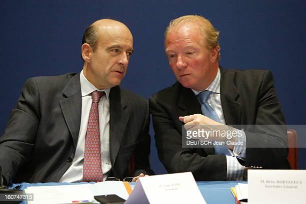 Alain Juppé Brice Hortefeux And Alain JUPPE discutant avec Brice HORTEFEUX bras droit de Nicolas SARKOZY assis autour d''une table à PARIS lors...