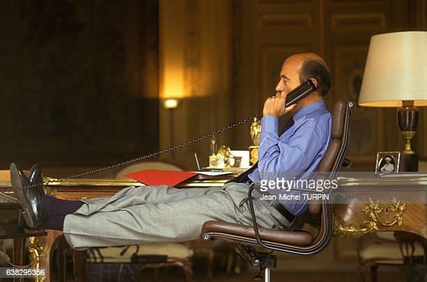 Alain Juppé décontracté dans son bureau du ministère des Affaires Etrangères le 2 septembre 1993 à Paris France