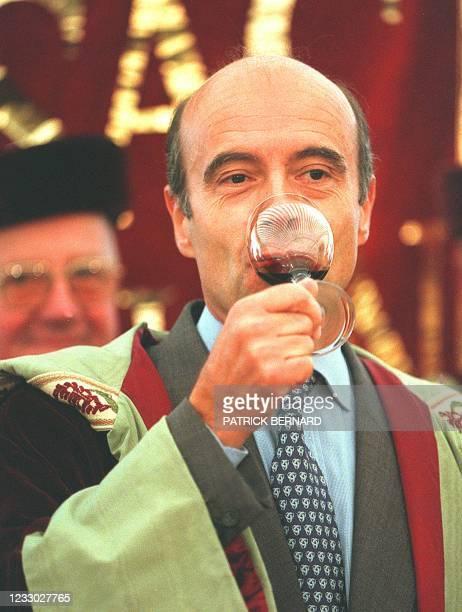 Alain Juppé, député maire de Bordeaux, déguste un verre de Médoc, le 13 septembre au château Brown à Léognan , lors du Ban des vendanges de la...