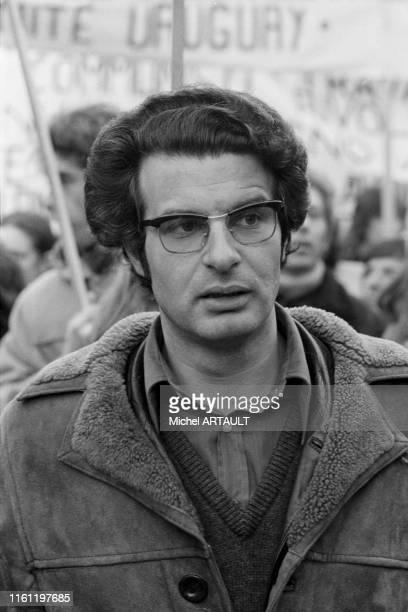 Alain Krivine lors d'une manifestation contre la junte chilienne à Paris le 9 décembre 1973, France.