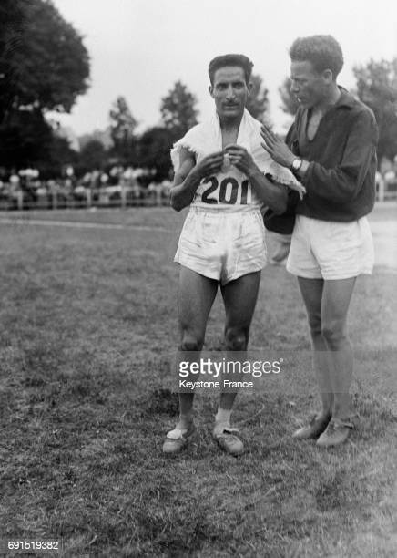 Alain Mimoun photographié lors du meeting au stade JeanBouin à Paris France en 1950