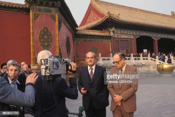 Alain Peyrefitte est interviewé par un journaliste lors de son voyage officiel en octobre 1980 à Pékin Chine