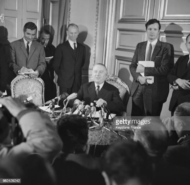 Alain Poher donne une conférence de presse au cours de laquelle il expose son programme en tant que candidat à la présidence de la république au...
