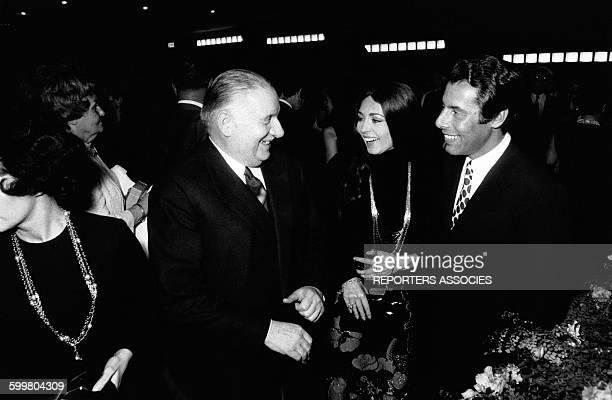 Alain Poher, président du Senat, avec Michèle Mercier et son époux Claude Bourillot à la première du film de Michel Audiard 'Une Veuve en Or' en 1969...