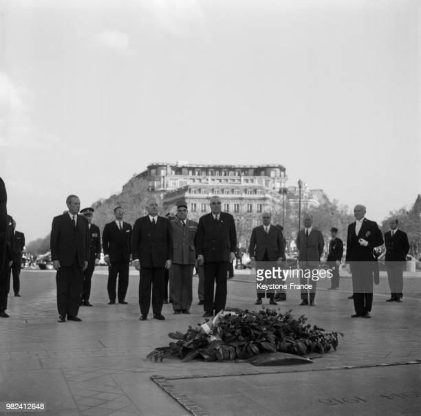 Alain Poher président du sénat et président de la république par intérim a déposé une couronne de fleurs sur la tombe du soldat inconnu à Paris en...