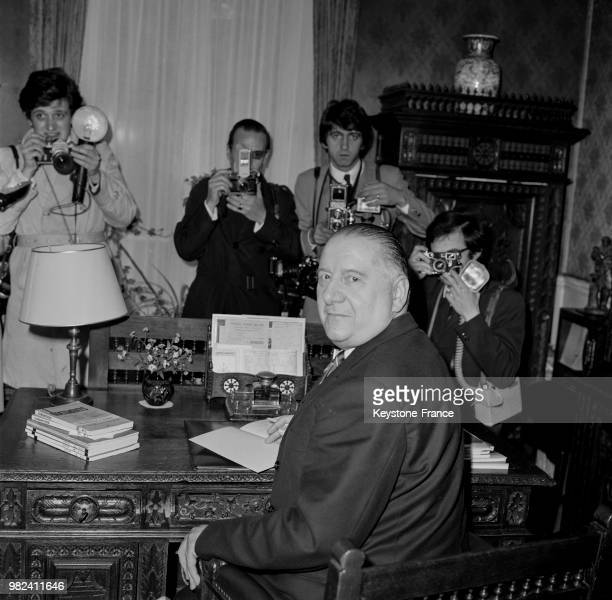 Alain Poher président du sénat et président de la république par intérim reçoit des journalistes à son domicile à Paris en France le 28 mai 1969