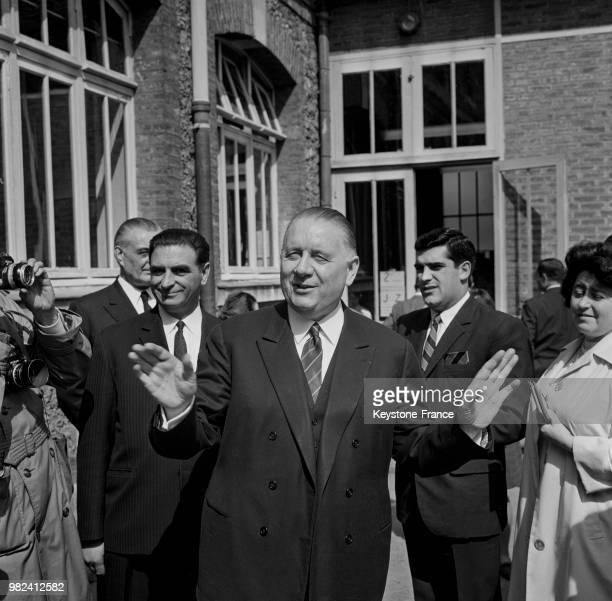 Alain Poher président du sénat et président de la république par intérim photographié davant son domicile à Paris en France le 28 mai 1969