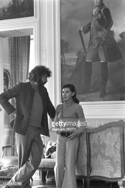 """Alain Robbe-Grillet et sa femme Catherine sur le tournage du film """"Le jeu avec le feu"""", en 1974."""