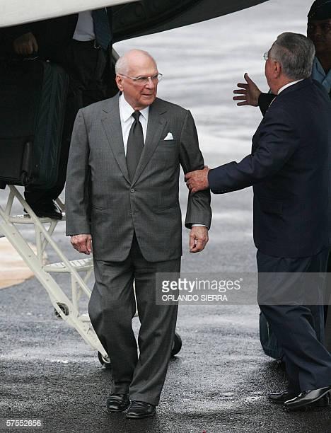 El presidente de Nicaragua Enrique Bolanos arriba al aeropuerto de San Jose el 07 de mayo de 2006 Bolanos llego a Costa Rica para asistir manana a la...