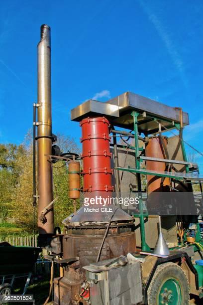 Alambic ambulant qui distille de l'eau de vie de ferme en ferme Sarthe France