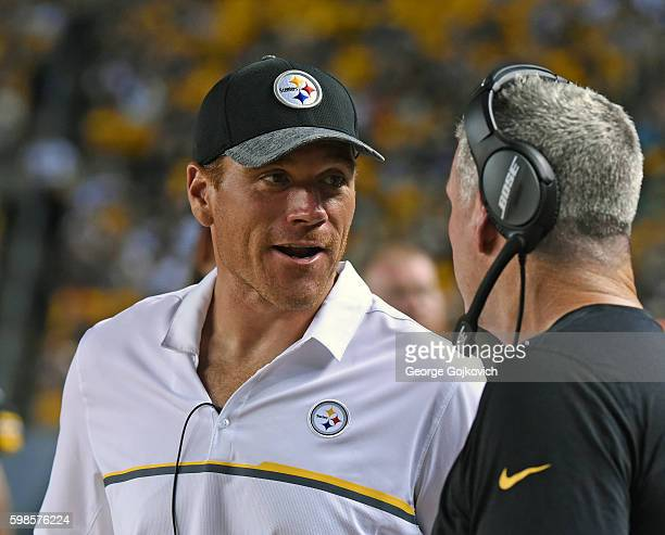 Alan Faneca former offensive lineman for the Pittsburgh Steelers talks to offensive line coach Mike Munchak during a National Football League...