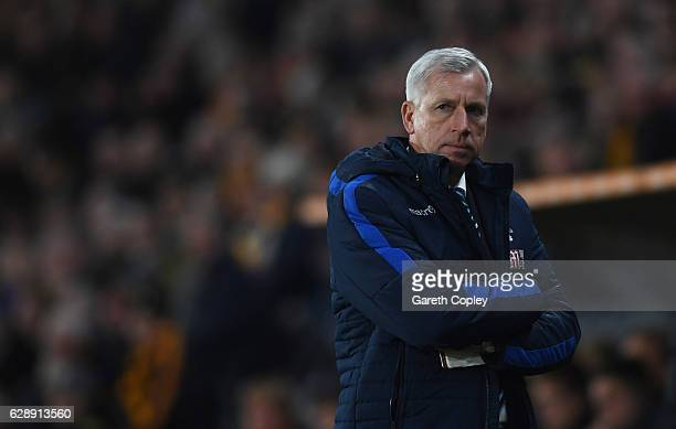 Alan Pardew manager of Crystal Palace looks on during the Premier League match between Hull City and Crystal Palace at KCOM Stadium on December 10...