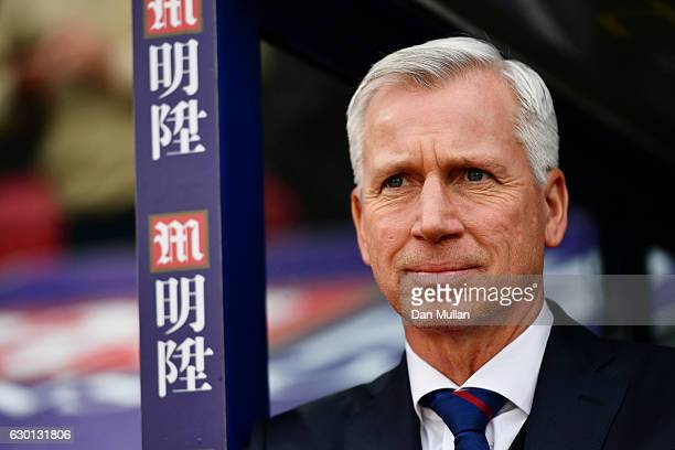 Alan Pardew Manager of Crystal Palace looks on during the Premier League match between Crystal Palace and Chelsea at Selhurst Park on December 17...