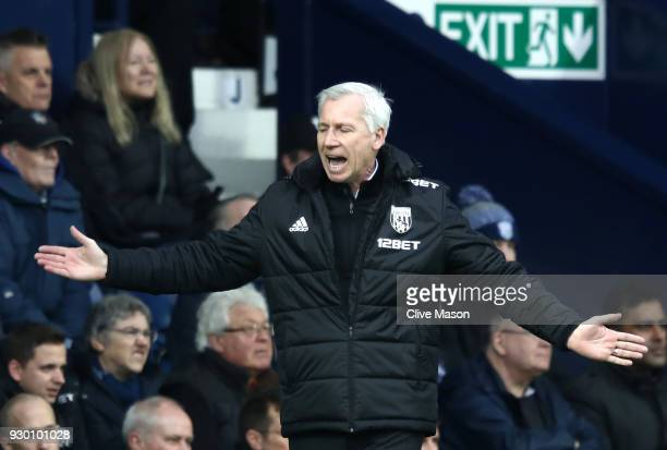 Alan Pardew Manager of West Bromwich Albion gives his team instructions during the Premier League match between West Bromwich Albion and Leicester...