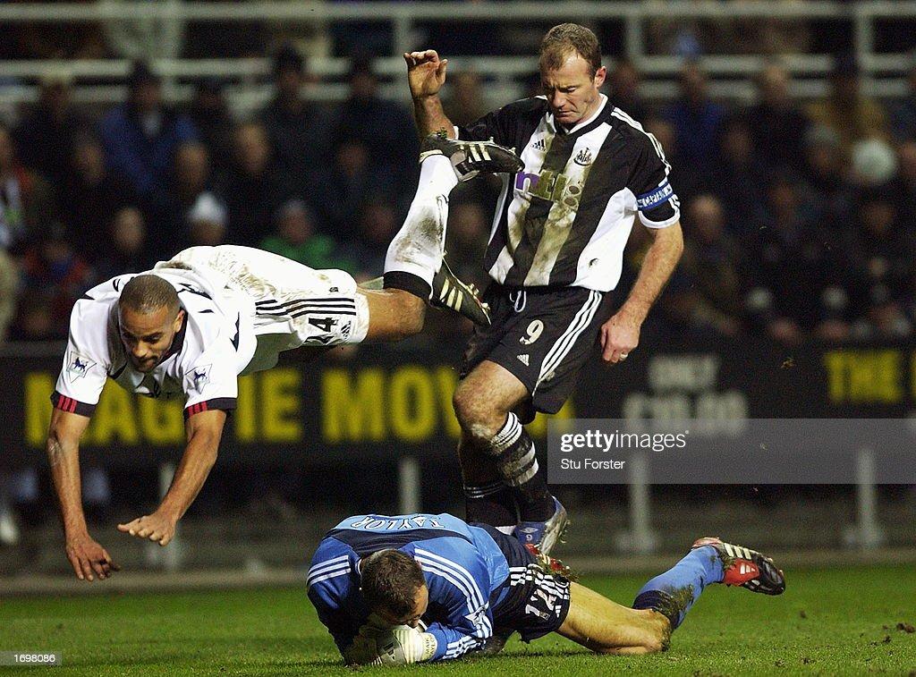 Alan Shearer, Alain Goma and goalkeeper Maik Taylor : News Photo