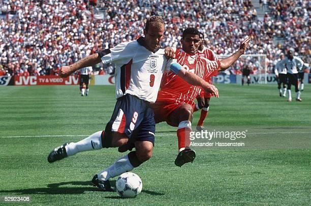 Marseille 150698 ENGLAND TUNESIEN 20 Alan SHEARER/ENG Khaled BADRA/TUN
