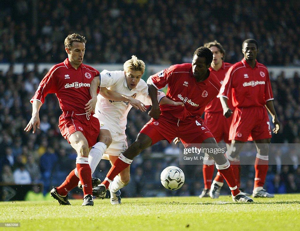 Alan Smith of Leeds United and Gareth Southgate and Ugo Ehiogu of Middlesbrough : News Photo