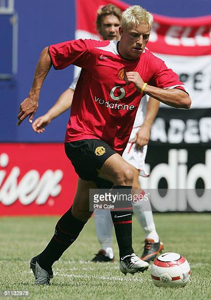 Alan Smith of Manchester United runs with the ball during the Champions World Series match between Manchester United and AC Milan at Giants Stadium...
