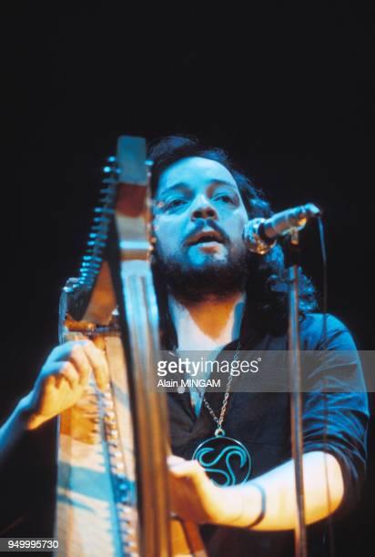 Alan Stivell jouant la harpe celtique lors d'un concert circa 1970 en France