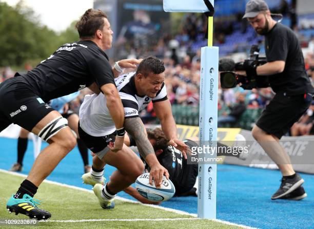Alapati Leiua of Bristol Bears touches down for the second try during the Gallagher Premiership Rugby match between Saracens and Bristol Bears at...