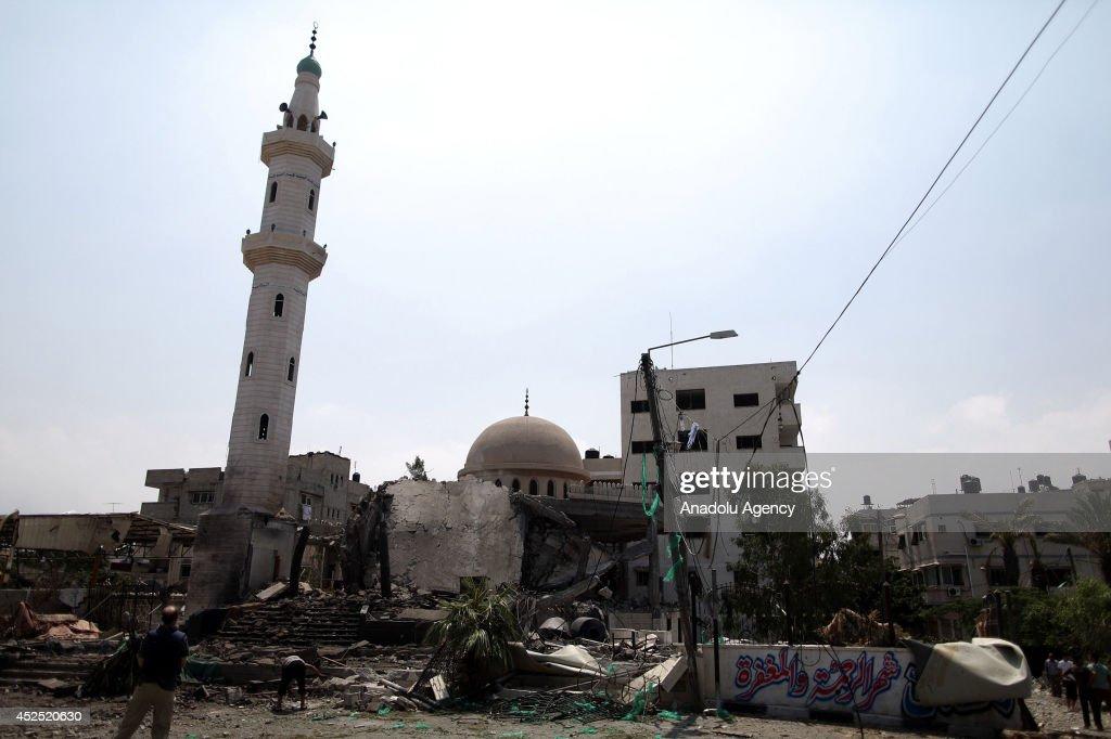 Israel destroys Al-Aqsa Martyrs Mosque : Fotografía de noticias
