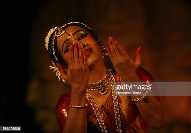Alarmel Valli performing Bharatnatyam at Elephanta Festival 2007