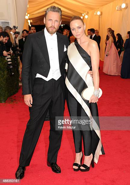Alasdhair Willis and Stella McCartney attend the 'Charles James Beyond Fashion' Costume Institute Gala at the Metropolitan Museum of Art on May 5...