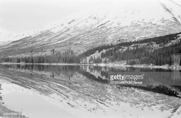 Alaska EtatsUnis circa 1985 La communauté Mennonite d'Alaska Ici un paysage de montagne se reflète dans un lac