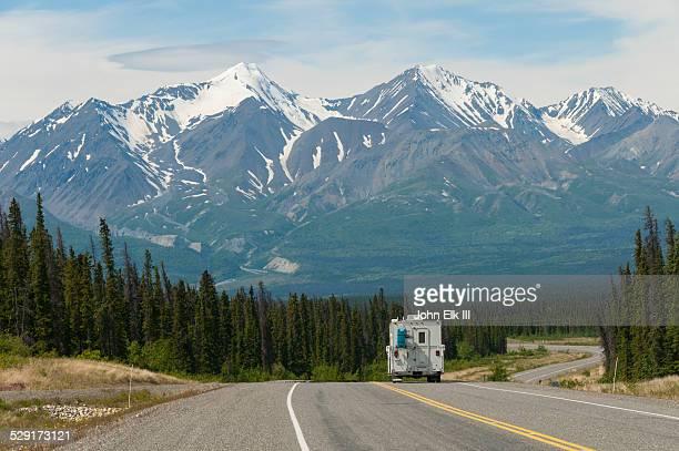 alaska highway with mountain landscape and rv - paisajes de alaska fotografías e imágenes de stock
